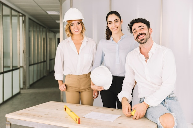 Grupo de engenheiros sorridentes