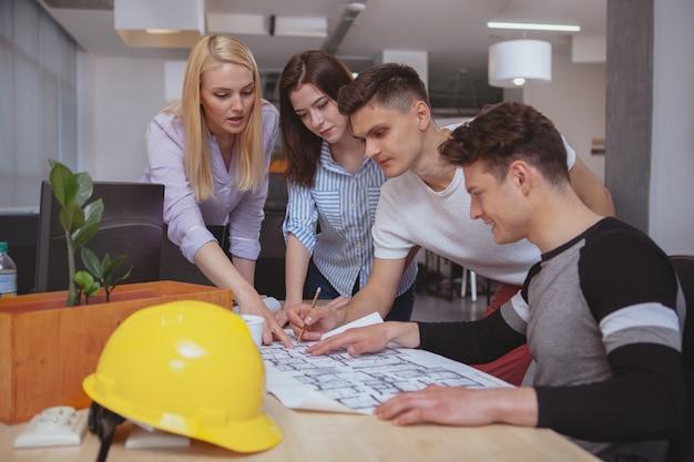Grupo de engenheiros trabalhando juntos no escritório