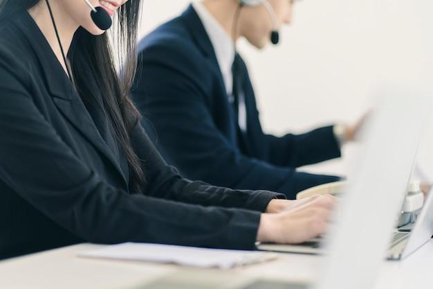 Grupo de equipe de equipe de atendimento ao cliente de telemarketing em call center