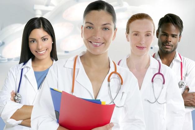 Grupo de equipe de médicos em uma fileira