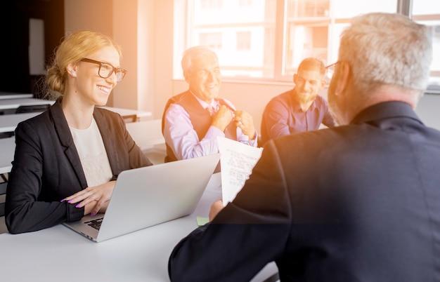 Grupo de equipe de negócios bem sucedidos no local de trabalho
