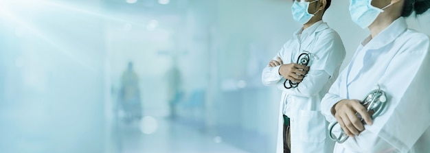 Grupo de equipe médica equipe médica no hospital pronta para tratar e cuidar do problema de saúde do paciente