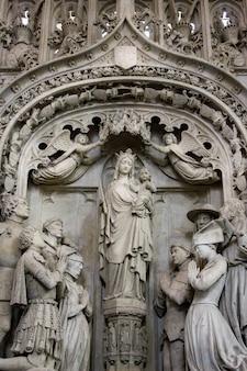 Grupo de escultura com a virgem maria na igreja principal de breda