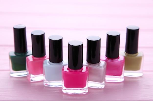 Grupo de esmaltes brilhantes em rosa
