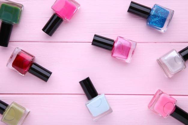 Grupo de esmaltes brilhantes sobre fundo rosa