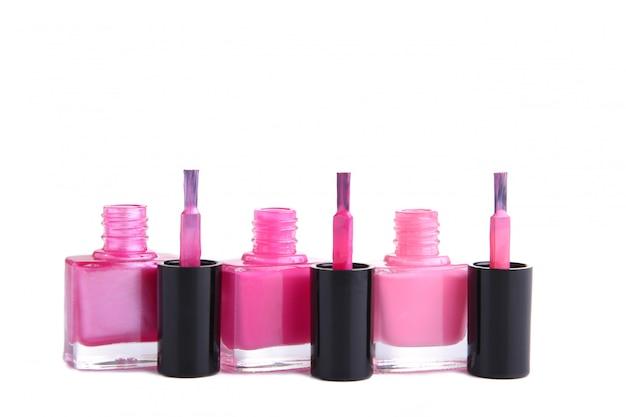 Grupo de esmaltes rosa isolado no branco