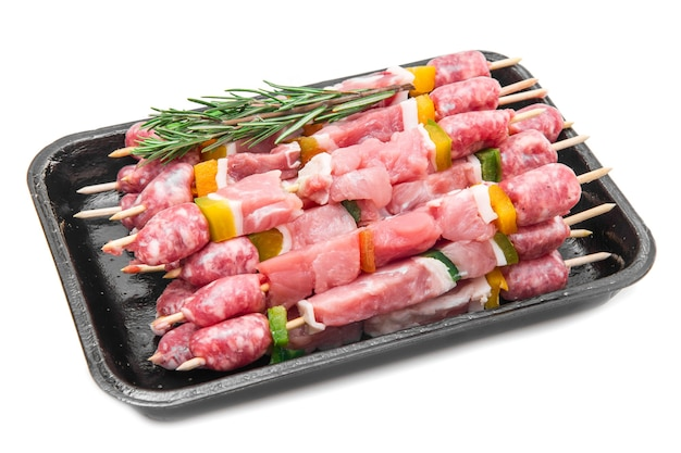 Grupo de espetos de carne com alecrim