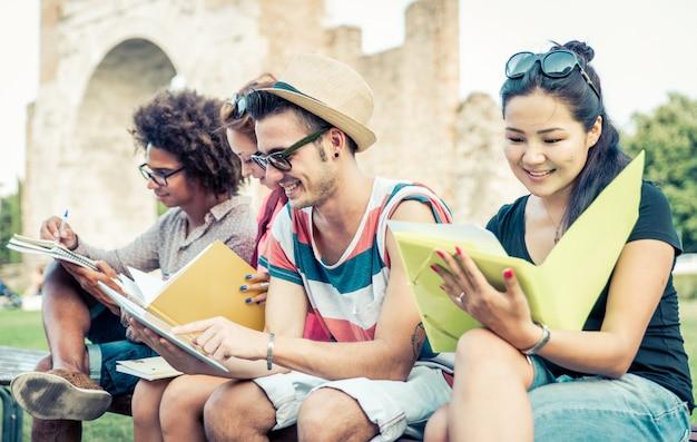 Grupo de estudantes a estudar ao ar livre.