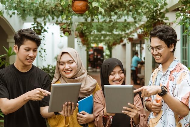 Grupo de estudantes asiáticos conversando juntos