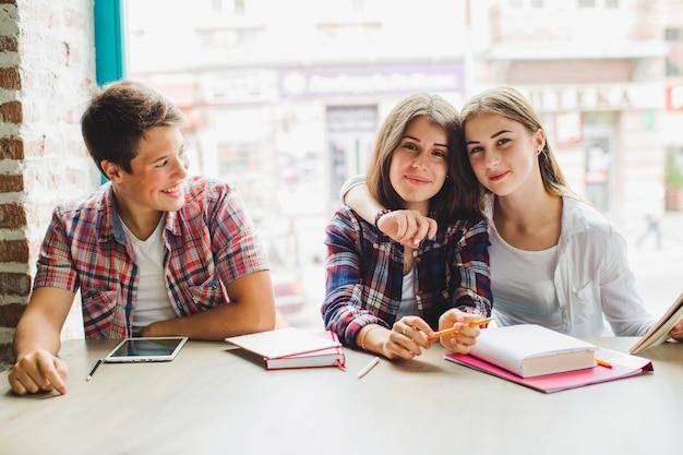 Grupo de estudantes com livros na mesa
