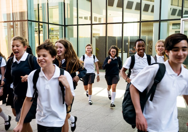 Grupo de estudantes correndo na escola