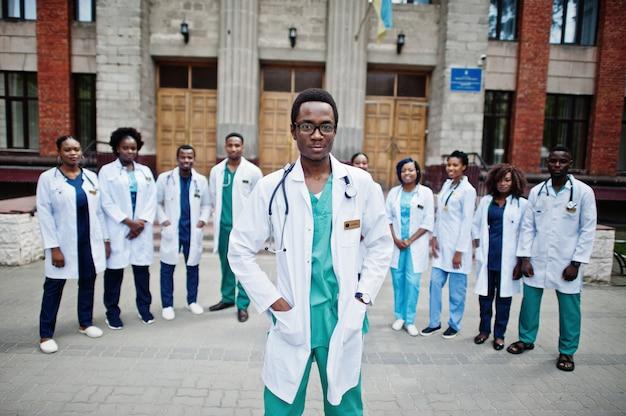 Grupo de estudantes de médicos africanos perto da universidade de medicina ao ar livre.
