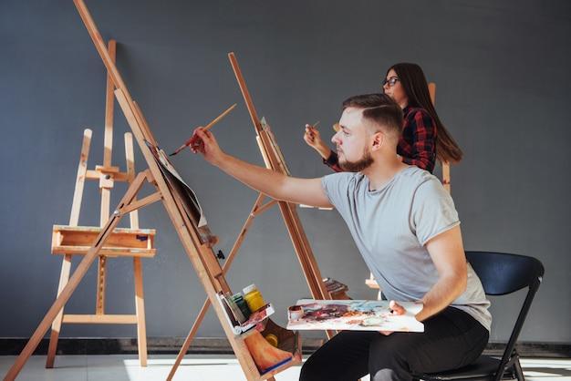 Grupo de estudantes de pintura em aulas de arte