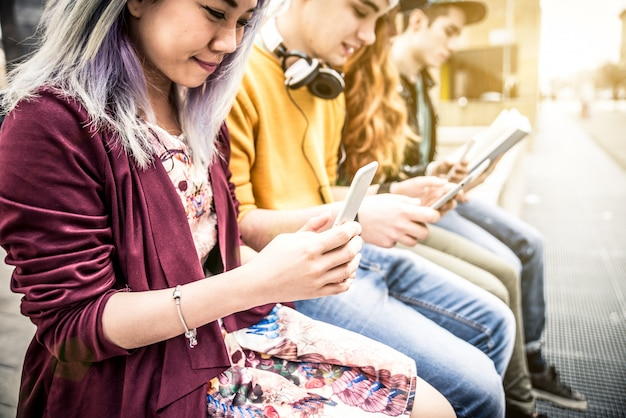 Grupo de estudantes estudando juntos em uma área urbana