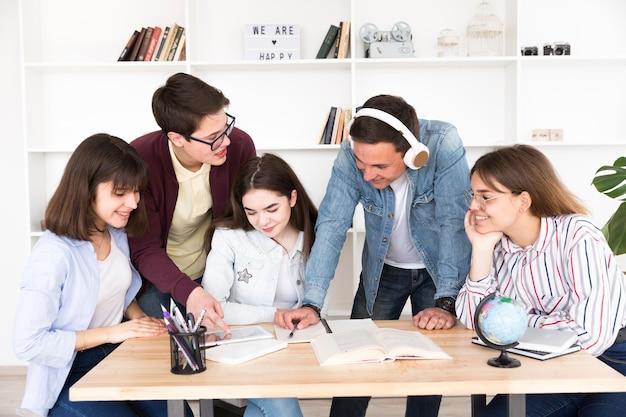 Grupo de estudantes fazendo projeto