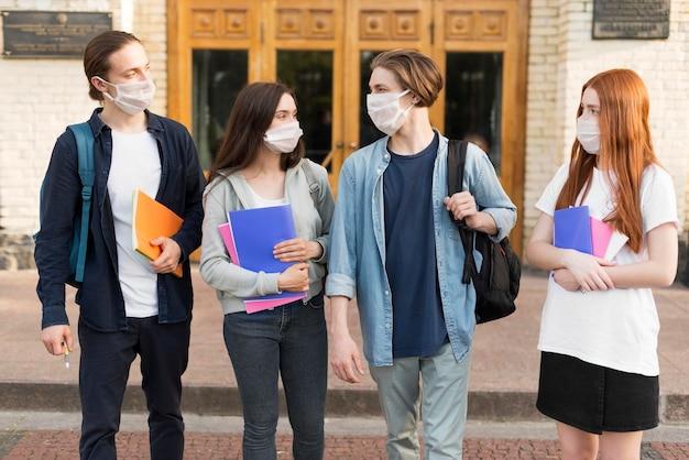 Grupo de estudantes felizes por estarem juntos novamente
