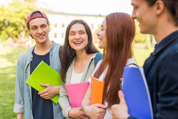 Grupo de estudantes felizes por voltar à universidade
