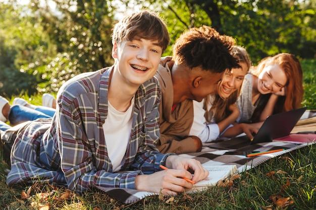 Grupo de estudantes multiétnicos sorridentes Foto Premium