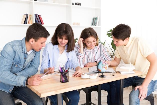 Grupo de estudantes na biblioteca