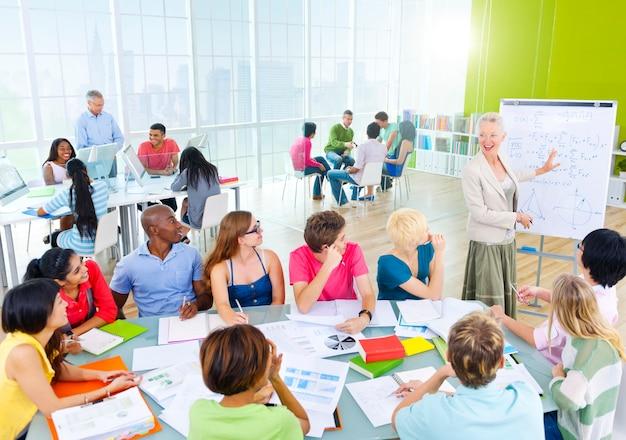 Grupo de estudantes na sala de aula