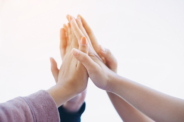 Grupo de estudantes ou empresário mãos juntando-se juntos para trabalho em equipe e conceito de colaboração de negócios.