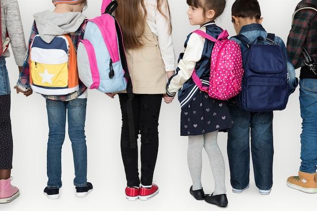 Grupo de estudantes segurando a mão de volta à escola