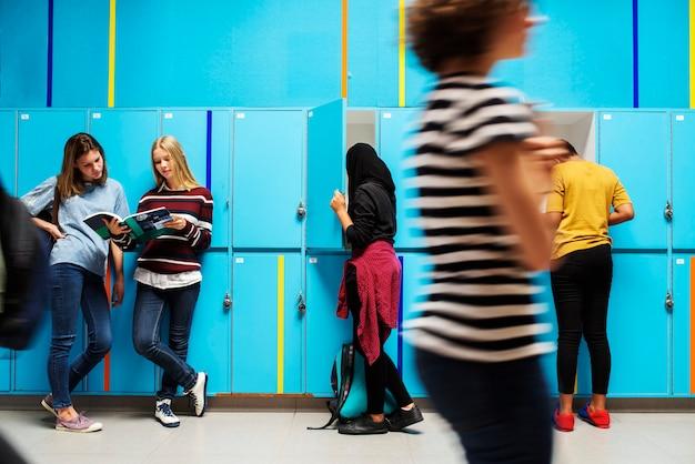Grupo de estudantes tirando coisas dos armários