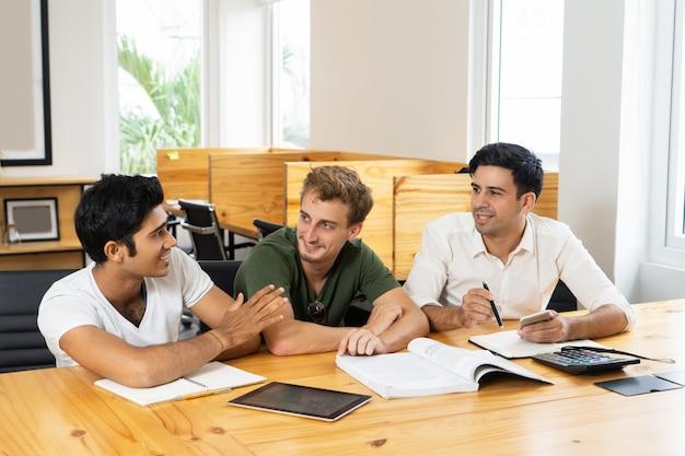 Grupo de estudantes trabalhando em projeto de classe