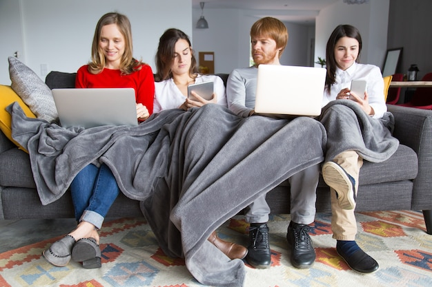 Grupo de estudantes trabalhando em seu trabalho em casa