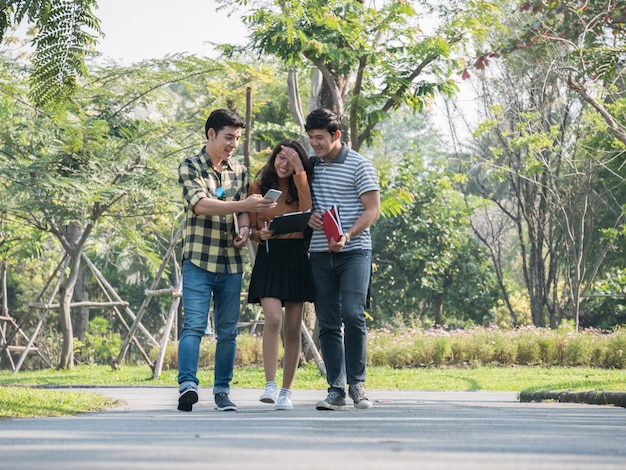 Grupo de estudantes universitários caminhando e falando no campus