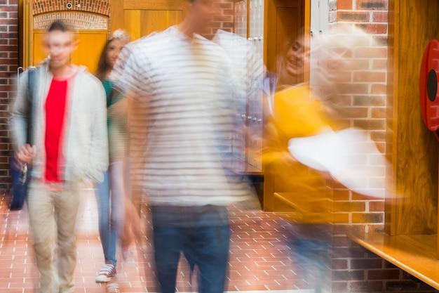 Grupo de estudantes universitários turva andando pelo corredor