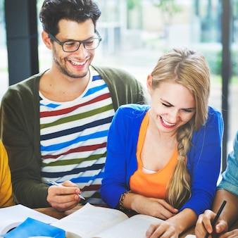 Grupo de estudo de estudantes universitários