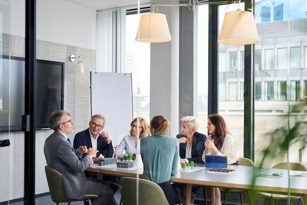 Grupo de executivos na sala de conferências