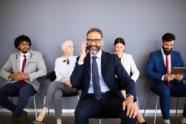 Grupo de executivos profissionais se comunicando em um escritório moderno