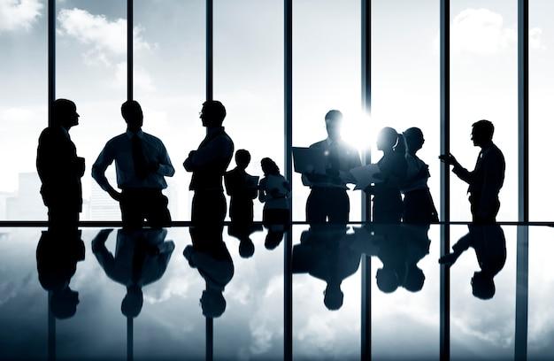 Grupo de executivos que discutem em uma sala de conferências.