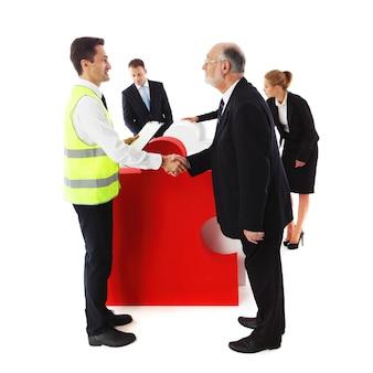 Grupo de executivos recebendo quebra-cabeça de negócios isolado no fundo branco