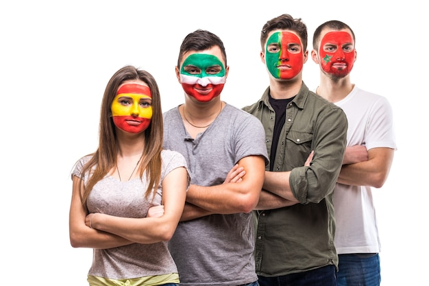 Grupo de fãs de torcedores de seleções nacionais pintaram o rosto da bandeira de portugal, espanha, marrocos, irã. emoções dos fãs.