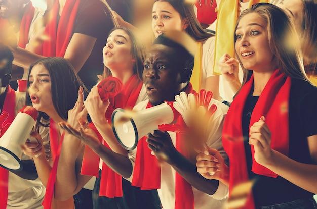 Grupo de fãs felizes estão torcendo pela vitória do time. colagem composta por seis modelos.