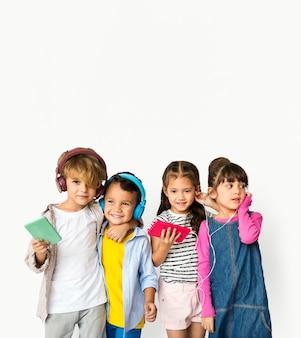 Grupo de felicidade de crianças fofos e adoráveis, ouvir música