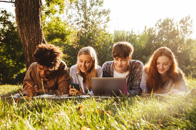 Grupo de felizes estudantes multiétnicos
