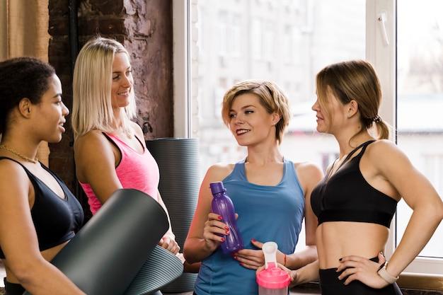 Grupo de fêmeas adultas na academia juntos