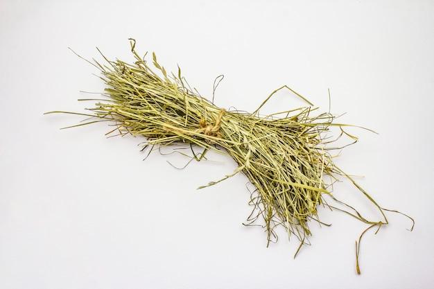 Grupo de feno isolado no fundo branco. ervas secas, alimentos para animais domésticos