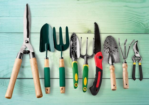Grupo de ferramentas de jardinagem no fundo