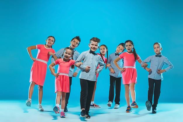 Grupo de filhos de dançarina