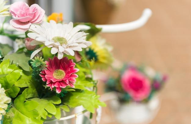 Grupo de flores plásticas do gerbera na frente do restaurante.
