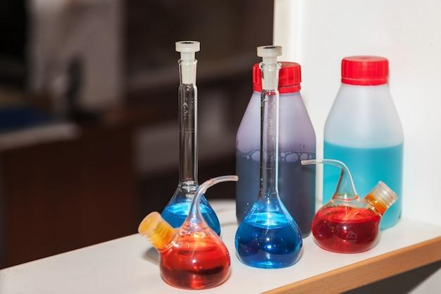 Grupo de frascos e tubos de ensaio em laboratório químico