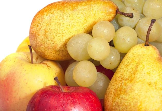 Grupo de frutas úmidas de outono (uvas, maçãs, peras) isoladas no fundo branco