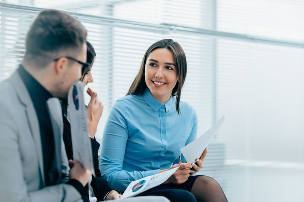 Grupo de funcionários discutindo os termos de um contrato de trabalho. conceito de negócios
