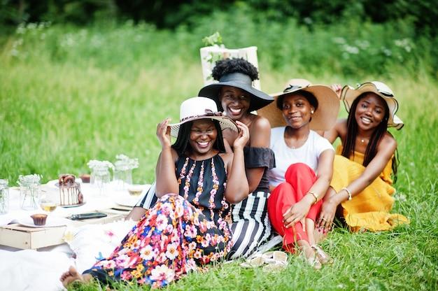 Grupo de garotas afro-americanas comemorando festa de aniversário ao ar livre