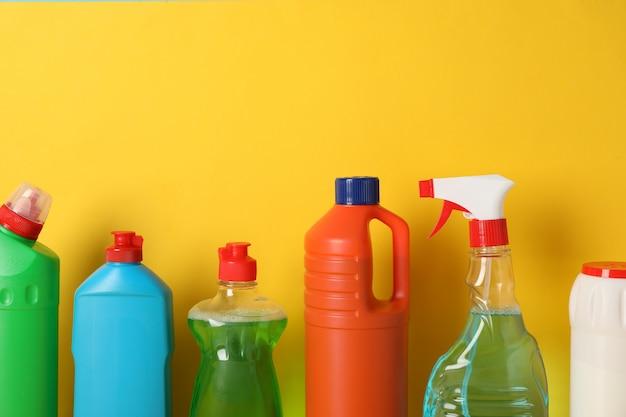Grupo de garrafas com detergente amarelo